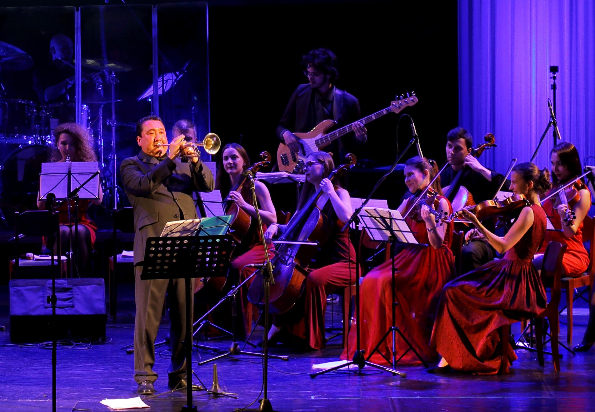 В симфоническом оркестре сисястые скрипачки с глубокой глоткой